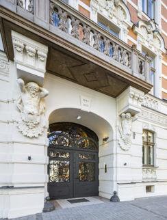 Apartament w kamienicy, czyli dlaczego warto inwestować w luksus?